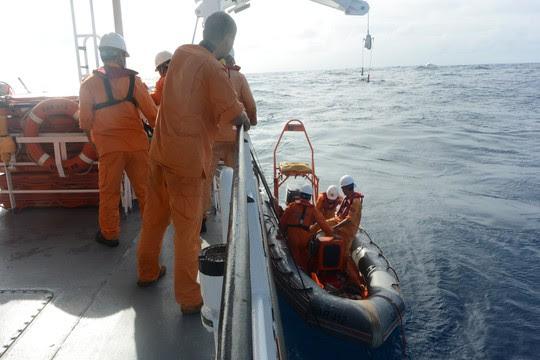 Tàu cá bị chìm, 7 ngư dân trôi dạt hơn 3 hải lý được cứu - Ảnh 1.