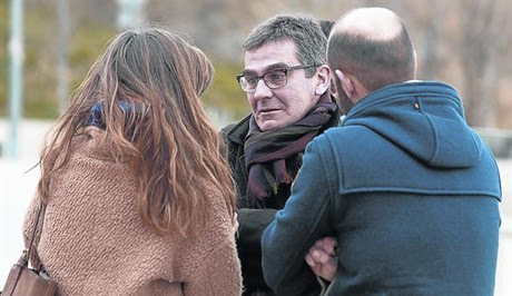 Queco Novell, hermano de Rosa, ayer con Aina Clotet y Eduard Farelo.