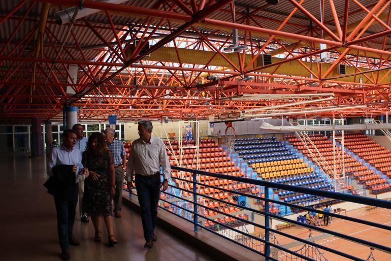 El alcalde José Antonio Santano y los concejales Cristina Laborda y Pedro Alegre en la visita a las obras de Artaleku.