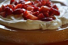 Postre de Manzana con Crema y Frutillas