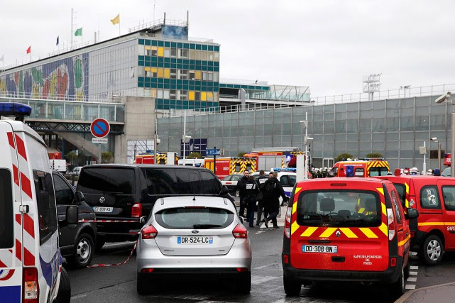 Près de 3000personnes ont été évacuées du terminal... (Photo Benoit Tessier, REUTERS)