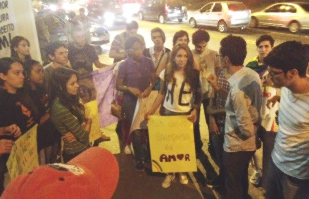 Manifestantes se reúnem e decidem não fazer passeata por Goiânia (Foto: Sílvio Túlio / G1)