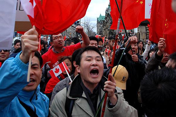 五星紅旗似海,愛國口號震天的場面很多年沒見過了,4月13號,渥太華國會山附近 的場面。(攝影:Samira /大紀元 )