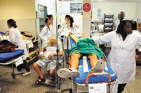 """Um idoso é amarrado a uma cadeira de ferro para não cair de seu """"leito"""" na emergência do Salgado Filho"""