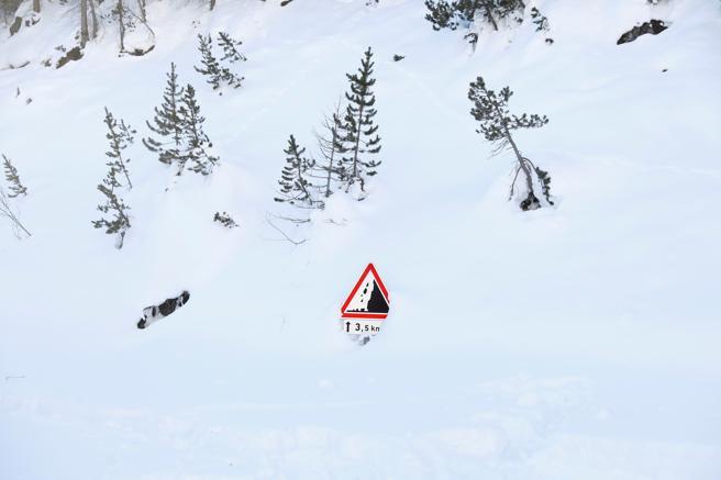 Un letrero que advierte del riesgo de las avalanchas