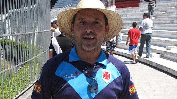 torcedor vasco estatueta padre cícero (Foto: Fábio Leme / Globoesporte.com)