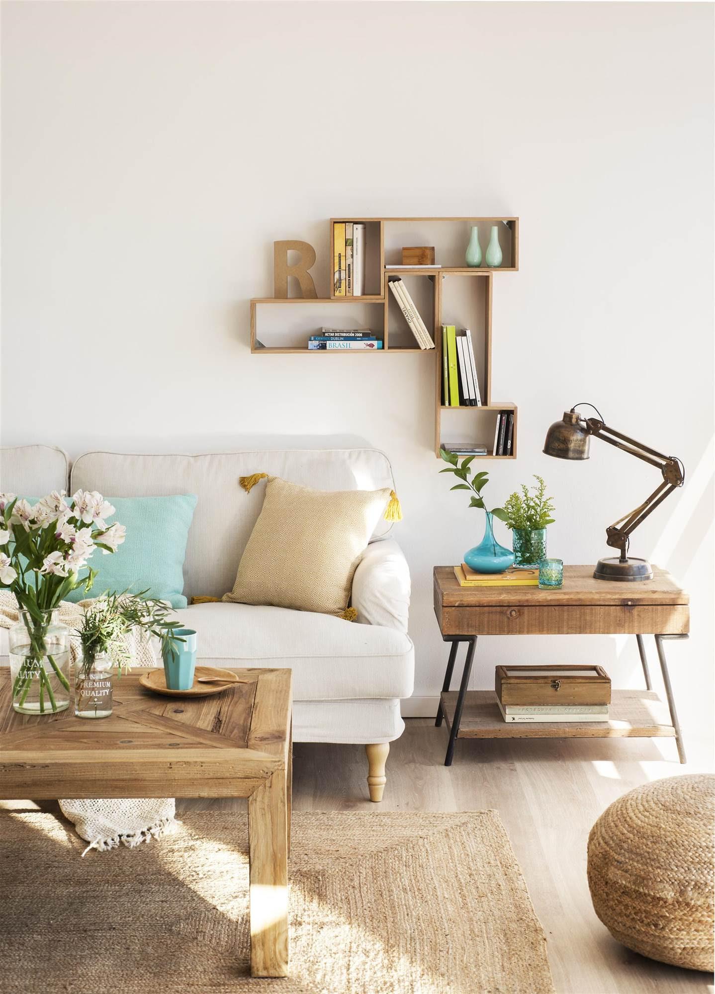 00433242. Salón con un sofá blanco, una mesa de madera y una estantería con compartimentos en la pared_00433242