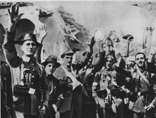 Grupo de resistentes al asedio tras la liberación del Alcázar