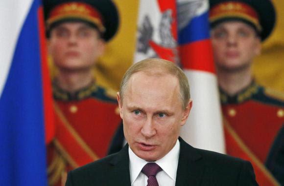O presidente da Rússia, Vladimir Putin discursa durante cerimônia de premiação Guerra Mundial Dois veteranos em honra do próximo 70º aniversário da vitória na Grande Guerra Patriótica, no Kremlin, em Moscou, 20 de fevereiro de 2015. REUTERS / Sergei Ilnitsky / Pool