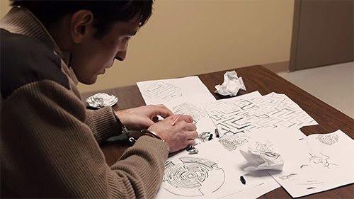 """Ao ser interrogado pela polícia, Bob obsessivamente desenha labirintos que alega são """"mapas"""" para as crianças sequestradas."""