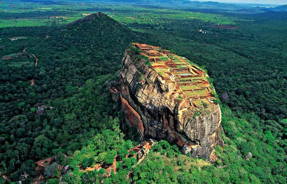 Ο βράχος της Sigiriya (βράχος του Λιονταριού) είναι ένα αρχαίο βραχώδες οχυρό και παλάτι που βρίσκεται στην κεντρική επαρχία της Matale στη Σρι Λάνκα,.Περιβάλλεται από τα ερείπια ενός εκτεταμένου δικτύου κήπων, δεξαμενών και άλλων δομών.