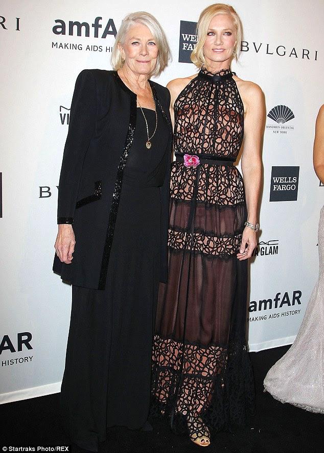 Lace perfeição: A atriz Inglês, 49 anos, chamou a atenção em sua applique preto vestido atraente completo com detalhe flor rosa na cintura