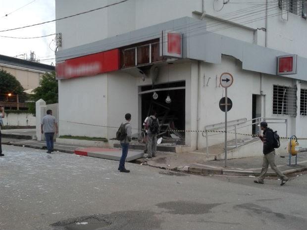 Ladrões explodem agência bancária na Vila Industrial em Alumínio (Foto: Glauber Feijó/TEM Você)