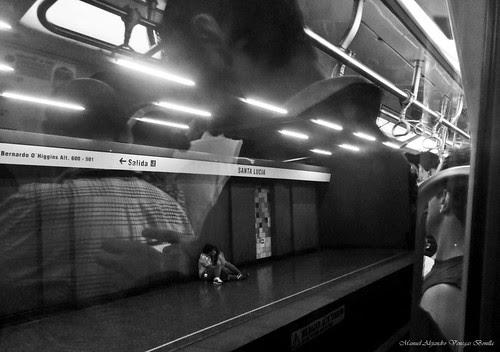 Metro de Santiago, Amor reflejado. by Alejandro Bonilla