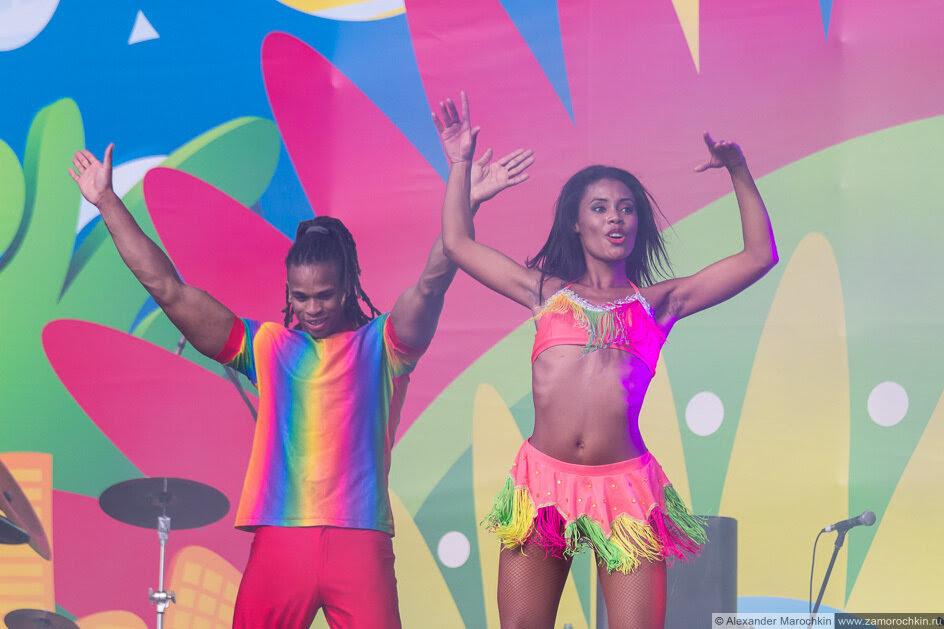 Шоу бразильских танцев на фестивале FIFA Fan Fest в Саранске