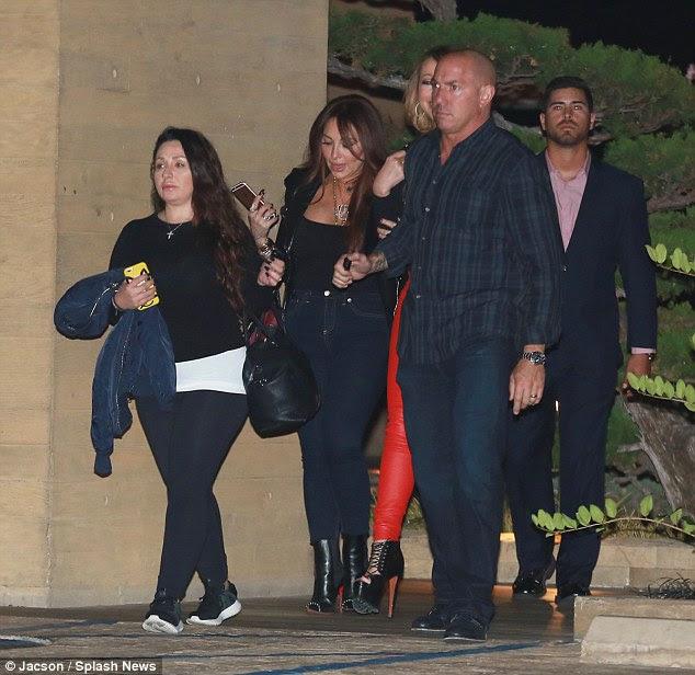 Bastante a multidão: A princesa do pop foi cercado por vários seguranças corpulentos