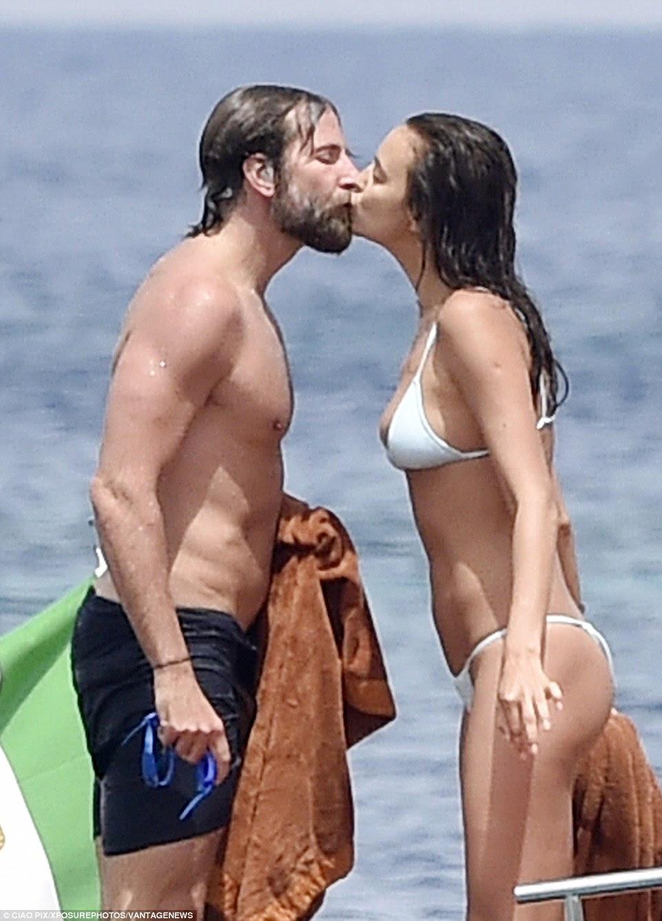Puckering acima: O casal foi retratado dando um beijo em uma boca de outros como eles se divertir um pouco no sol