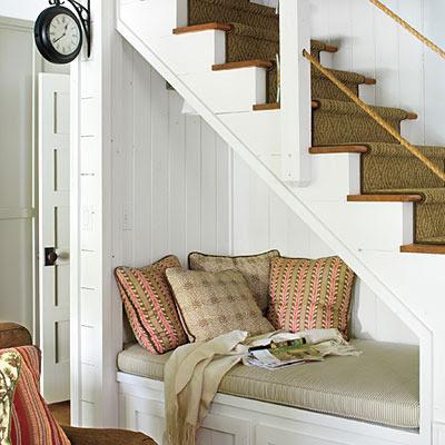 cama bajo la escalera