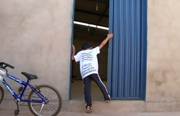 Guilherme tem dificuldade para andar em Cristalina, Goiás (Foto: Reprodução/ TV Anhanguera)