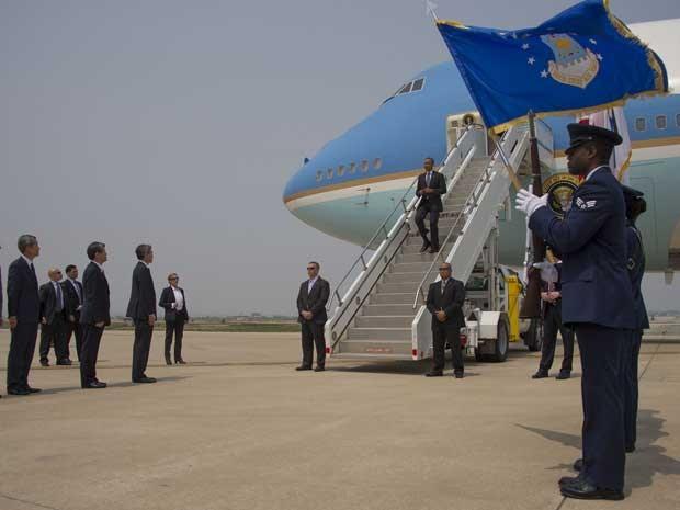 Presidente dos EUA, Barack Obama, desembarca do Air Force One na Base Aérea de Osan, na Coreia do Sul. (Foto: Jim Watson / AFP Photo)