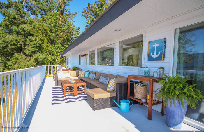 You have to check out this beautiful lakefront deck tour- so many colorful summery touches-30
