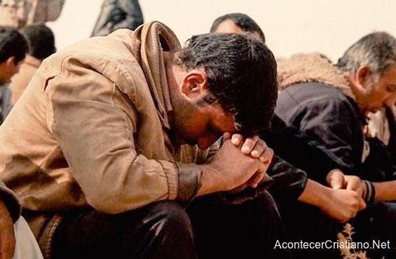 Iraníes orando ante persecución