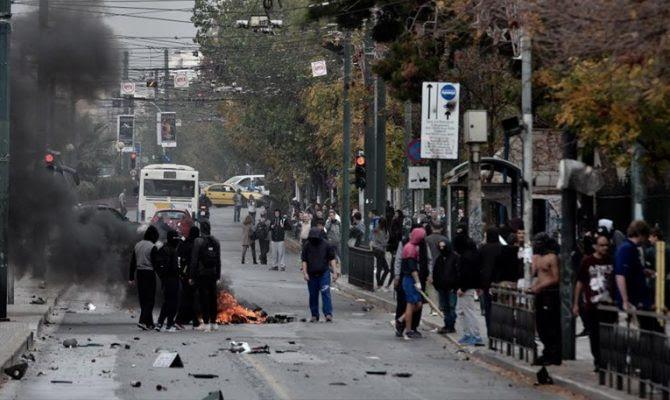Σοβαρά επεισόδια στο κέντρο της Αθήνας: Φωτιές και καταστροφές μπροστά από το Πολυτεχνείο