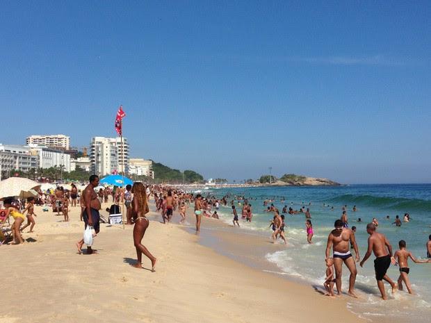 Praia de Ipanema ficou cheia nesta quarta-feira (Foto: Káthia Mello / G1)