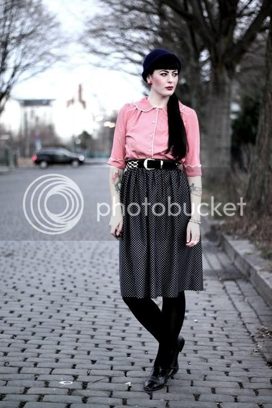 vintage outfit rosa primark bluse kragen pünktchenrock schwarze budapester gürtel gold dunkelblaue mütze