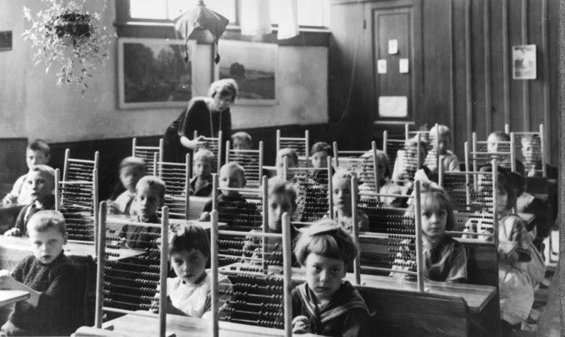File:Telramen op de bank in de klas Counting-frames in classroom.jpg