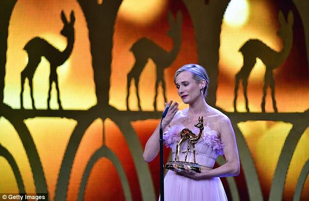 Lágrimas: Diane pareceu emocional ao coletar o Prêmio Especial do Júri