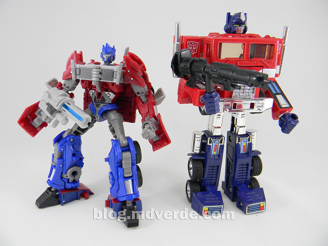"Transformers Optimus Prime  ""Transformers Prime"" Deluxe SDCC - modo robot vs G1"