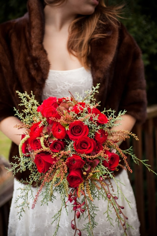 Red Rose Wedding Bouquets For Gorgeous, Dramatic Nuptials (PHOTOS)