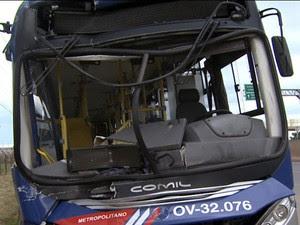 Acidente entre ônibus e caminhão deixa 13 feridos na rodovia Anhanguera (Foto: Reprodução/EPTV)