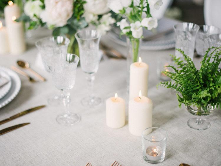Hochzeit Tisch fertig war mit gold Besteck und Neutrale Kerzen