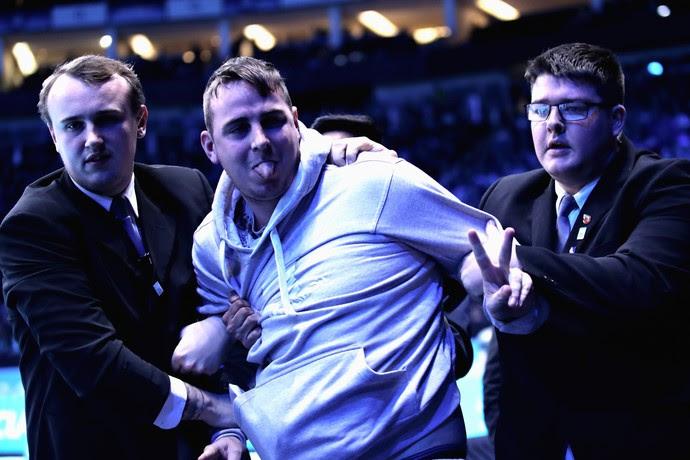 Torcedor foi preso ao tentar invadir a quadra do jogo entre Djokovic e Nishikori (Foto: Getty Images)