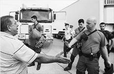Και τρεις  συλλήψεις   Σε τρεις συλλήψεις ιδιοκτητών φορτηγών  για παρακώλυση συγκοινωνιών προχώρησε χθες η Αστυνοµία.  Ετσι: στο 26,7 χιλιόµετρο της Νέας  Εθνικής Οδού Αθηνών  -Κορίνθου συνελήφθη 35χρονος ιδιοκτήτης Δ.Χ. φορτηγού  και άλλοι δύο ηλικίας 57 και 41 χρόνων στη Νέα Εθνική  Οδο Πατρών - Πύργου.  Μικροένταση προκλήθηκε και στο µπλόκο  της Μεταµόρφωσης,  όταν ιδιοκτήτες Δ.Χ.  φορτηγών έκλεισαν  για λίγα λεπτά το ρεύµα ανόδου. Στη φωτό διαπληκτισµοί απεργού µε αστυνοµικό