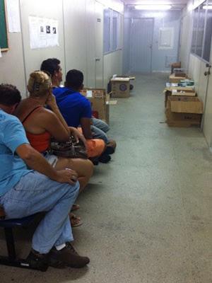 Suspeitos e os cigarros foram levados para a delegacia, no bairro Alecrim (Foto: Natanion de Freitas/Delegado)
