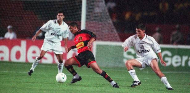 Atacante Leonardo disputa lance pelo Sport no Campeonato Brasileiro de 1999