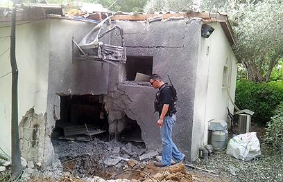 """בתים ספגו פגיעה ישירה  (צילום: חיים הורנשטיין, """"ידיעות אחרונות"""" )"""