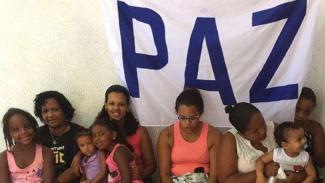 Moradores participam de festa na UPP Santa Marta
