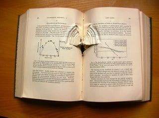 Un libro perforado por una bala