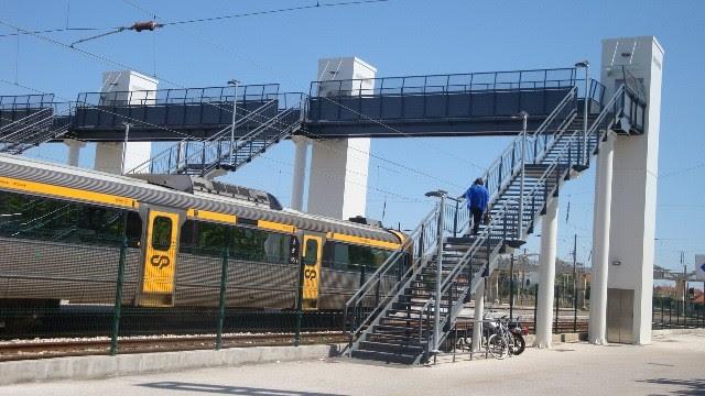 Resultado de imagem para Mulher que caiu da ponte pedonal da estação do Entroncamento declarada morta no local