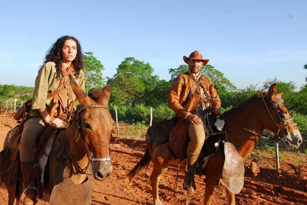 Herculano (Domingos Montagner) cavalga com sua mulher Benvinda (Cláudia Ohana) (Foto: TV Globo/Zé Paulo Cardeal)