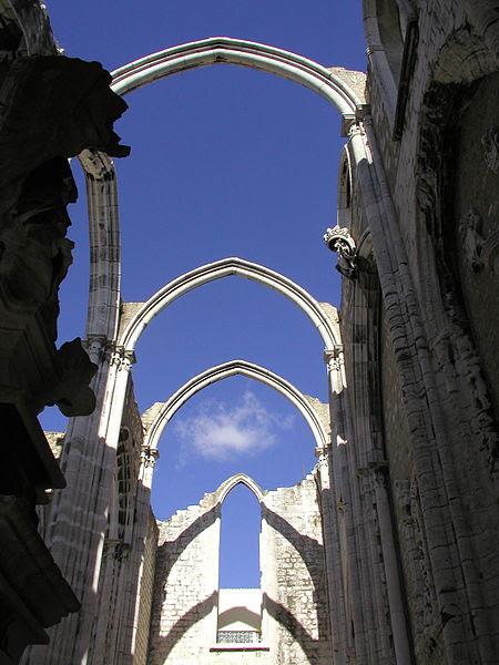 Ficheiro:Convento do Carmo ruins in Lisbon.jpg