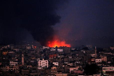 Fiamme sulla Striscia di Gaza (foto: EPA)