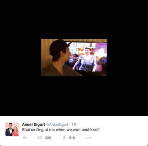 Ansel Elgort Toma Selfie Assistindo MTV Mover Prêmios