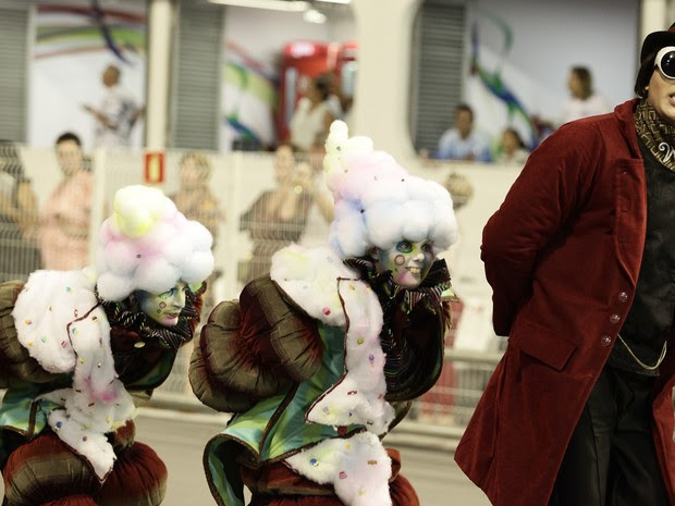 Fantasia de Willy Wonka é um dos destaques da comissão de frente da Dragões da Real (Foto: Caio Kenji/G1)