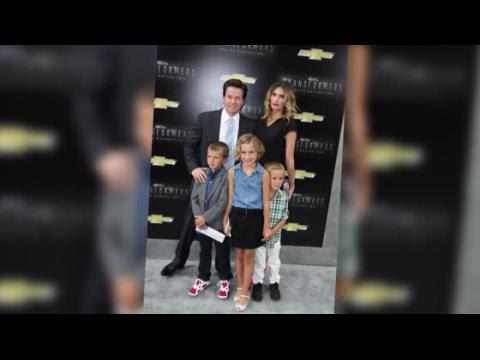 Mark Wahlberg muestra ser un hombre de familia en la alfombra roja