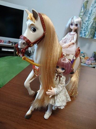 リルフェアリーラプンツェルの馬マキシマスを世話する小さな妖精さん